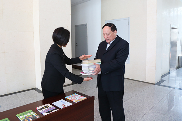 China Transport Hold A Donation Book Ceremony To Yingjisha County School